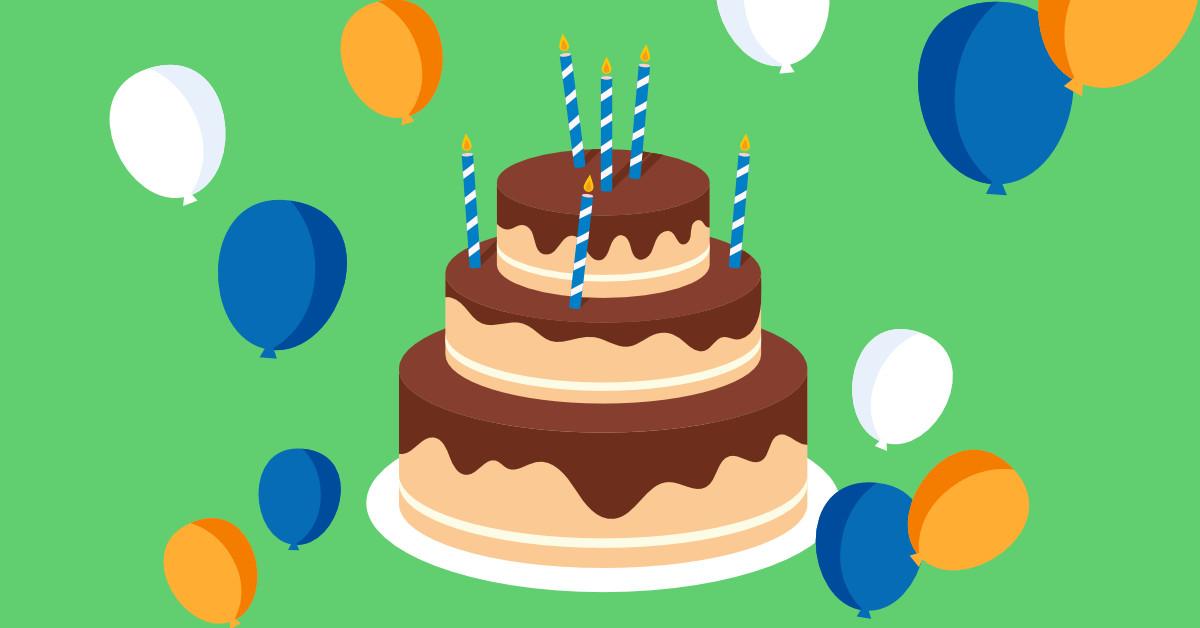 Infografika przedstawiająca tort na zielonym tle. Na torcie pali się sześć świeczek. Wokoło widać kolorowe balony.